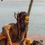 Sādhu ou Sadhou avec un trident, symbole du dieu Vishnou