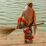 Femme chargée de nettoyer les ghâts