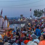 La Ganga Aarti est un rituel de lumière et de chants au cours duquel des prêtres munis de coupes enflammées célèbrent le Gange