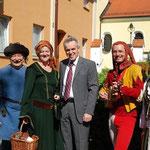 HEXENJAGD Schauspieler am Wochenmarkt mit Bürgermeister Wittmann