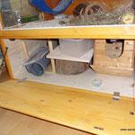 Links unten ist eine Klappe mit Stauraum für ein paar Häuschen und andere Accessoires