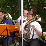 2003: Pfarrfest, Dekan Marcus Wolf hilft uns beim Musizieren
