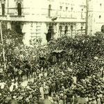 1912 Zona noreste de la Plaza de Pi y Margall, con el Ayuntamiento y la iglesia de San Francisco (durante el funeral de Marcelino Menéndez Pelayo)
