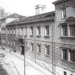 """¿Año? Calle Sevilla desde el sur. La acera este no ardió: en primer plano, la Escuela Superior de Industria, derribada en las últimas décadas, y, al fondo, la Caja de Ahorros. A la izquierda asoman las """"Casas de Regato"""", desaparecidas en 1941"""