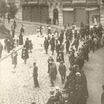 1907 Traslado de la corporación municipal del viejo Ayuntamiento en la Plaza Vieja al nuevo en Pi y Margall. La comitiva, que sale de San Francisco, está cruzando Isabel II (al fondo de la imagen)