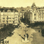 c. 1930 Plaza de Pi y Margall desde el sur. Al frente, a la derecha, el Ayuntamiento. Obsérvese que los dos edificios a la izquierda del Ayuntamiento ya han sido unidos y se les han añadido plantas; aún otra más se añadiría para llegar a su estado actual