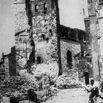 1941 Restos del tramo inicial de Ruamayor tras el incendio. Al fondo, el torreón de la Catedral derrumbado parcialmente