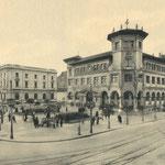 c. 1935 Avenida de Alfonso XIII desde la Aduana. En el centro de la imagen, Banco de España y Correos; a la derecha de éste, el edificio que albergó los Juzgados municipales y el Registro Civil hasta su derribo en los 60