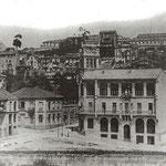 """1914 Cruce de la Calle Sevilla (a la izquierda) y Tantín (a la derecha) desde donde se construiría la Escuela de Industrias. A la derecha, la Caja de Ahorros; a la izquierda, las """"Casas de Regato"""", esquina noreste del área desaparecida"""