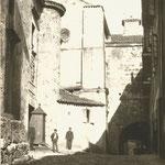 c. 1890 Azogues desde el este. A la izquierda, castillo de San Felipe (derribado en 1896); al fondo, la Catedral; el atrio de la iglesia del Cristo continuaba la Calle de los Azogues hasta la del Puente