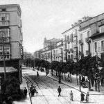 c. 1910 Calle de Amós de Escalante desde la Plaza de Pi y Margall. A la izquierda, el edificio que se derribó en los años 30; a la derecha, los dos edificios que han sobrevivido