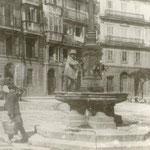 """1900 Plaza del Príncipe desde su centro hacia el norte. En primer plano, fuente erigida en 1859 en sustitución de otra anterior llamada """"del Monstruo"""""""