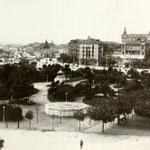 1915 Vista general de los Jardines de Pereda. Al fondo, a la derecha, Avenida de Alfonso XIII; a la izquierda, muelles y Estación de la Costa. En primer plano, el templete de música derribado por un vendaval