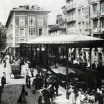 """1887 Atarazanas desde el Puente. En el centro de la imagen, la """"Pescadería de Atarazanas""""; más allá de ésta, Calle Colón"""