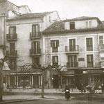 1910 Esquina noroeste de la Plaza de Pi y Margall. Los dos edificios al frente aún existen hoy día (esquina Plaza del Ayuntamiento-Escalantes), aunque combinados en uno solo y con varias plantas añadidas