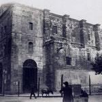1923 Iglesia de San Francisco, en la esquina de Isabel II con Pi y Margall. A la izquierda, el Ayuntamiento