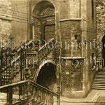 """1925-1930 Acceso a la Catedral desde la Calle del Puente por la """"Escalera de los Mártires"""". A la derecha, entrada hacia Ruamayor por debajo de la torre de la Catedral"""