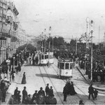 1908 La Ribera (izquierda) y la Plaza Velarde (derecha) desde el puente. Durante la inauguración de los tranvías eléctricos