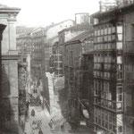1936 Comienzo de la Calle Santa Clara desde la Plaza Vieja. Al frente, trabajos ya muy avanzados de derribo de la nave oeste de la iglesia de La Compañía. A la izquierda, el antiguo Ayuntamiento