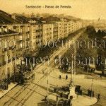 1923 Paseo Pereda desde Correos. En primer plano, comienzo de Alfonso XIII, con la Aduana a la izquierda; se aprecia cómo ésta estaba adelantada unos metros respecto a los edificios del paseo