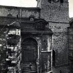 """1933 Acceso a la Catedral desde la Calle del Puente por la """"Escalera de los Mártires"""", de finales del siglo XVII. A la derecha, entrada hacia Ruamayor por debajo de la torre de la Catedral"""