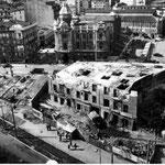 """Años 60. Plaza de Pi y Margall desde el sur. Se está procediendo al derribo del """"Edificio del Sepi""""; detrás de éste, Ayuntamiento y solar donde estuvo la iglesia de San Francisco"""