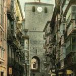 1911-1913 (Imagen anterior coloreada) Calle del Puente desde el norte. Al fondo, la Catedral
