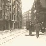 1936 Atarazanas desde su confluencia con La Ribera y Lealtad (hacia la derecha). Todavía no se han derribado las dos manzanas (a la derecha de la imagen) que la separan de Colón y de Juan de Herrera