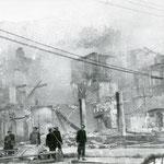 1941 Acera norte de Juan de Herrera durante el incendio. El edificio que se ve al fondo a la derecha corresponde a la esquina de Isabel II con San Francisco