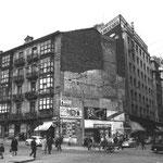 """1963 Confluencia de Isabel II con Juan de Herrera desde el suroeste. Se aprecia cómo el """"Edificio del Águila"""" ha sido derribado para abrir la nueva Juan de Herrera hacia el Ayuntamiento. Igual suerte correrían los dos siguientes edificios de esa acera"""