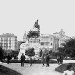 1920 Vista general desde los Jardines de Pereda. En Primer plano, el monumento a José María de Pereda