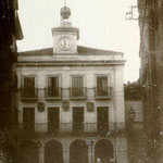 ¿1885 o 1892? Plaza Vieja desde la Calle de la Compañía. Al fondo, antiguo Ayuntamiento; a la derecha, iglesia de la Compañía