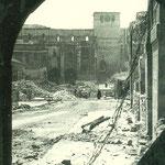 1941 Restos de la Plaza Vieja desde los arcos del Ayuntamiento antiguo. Al fondo, la Catedral