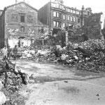 1941 La Plaza Vieja totalmente destruida. Al fondo, Calle de La Compañía, con las ruinas de la iglesia de la Compañía y el edificio de los almacenes de Pérez del Molino
