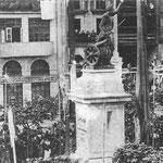 1880 Plaza Velarde durante la inauguración del monumento a Pedro Velarde (hoy en La Porticada) desde Somorrostro. Al fondo, fachadas de La Ribera