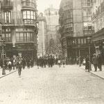 1920-1930 Plaza vieja hacia el sur desde la confluencia con la Calle del Peso. Al fondo, Puente y Catedral