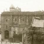 1928 Fachada de la Iglesia de San Francisco (derribada en 1936) a Isabel II. Detrás asoma la torre del Ayuntamiento (desaparecida en los años 60)