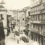 1868 Plaza Vieja desde el sur (durante la Revolución de 1868). Al fondo, a la izquierda, antiguo Ayuntamiento y Palacio de Villatorre; a la derecha, iglesia de La Compañía