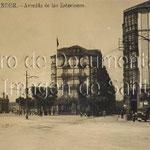 1915 Comienzo de Méndez Núñez (calle al frente) desde Alfonso XIII. Al frente, Plaza de Bolívar (con el Hotel Europa a su derecha); a la izquierda, Estación de la Costa, derribada en 1936
