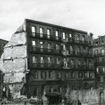 1941 Ruinas de la esquina noreste de la Plaza del Príncipe. A la izquierda, detrás de las ruinas de la plaza, iglesia de los Jesuitas en la Calle San José