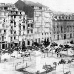 1869 Plaza Velarde desde el suroeste. En primer plano, el pedestal del monumento a Pedro Velarde, que habría de esperar más de diez años a la estatua; al fondo, La Ribera, con la Aduana a la derecha