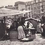 1887 Mercado en la Plaza Velarde. A la derecha, casas de La Ribera; a la izquierda se intuye el Mercado de La Ribera (desaparecido en un incendio en 1917)