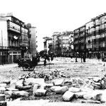 1936 Juan de Herrera (izquierda) y Atarazanas (derecha) desde el oeste, con la manzana de casas que las separaba recién derribada. Al fondo, Correos