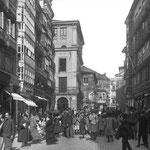 1907-1912 Plaza Vieja desde el sur. Al fondo, antiguo Ayuntamiento y Palacio de Villatorre. Obsérvese que ya se ha reemplazado la torrecilla del reloj del Ayuntamiento por un nuevo piso