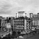 """Años 50-60. Plaza de Pi y Margall desde el oeste. En el centro, el """"Edificio del Sepi"""", superviviente del incendio y derribado en los 60. A su izquierda, el solar donde estuvo la iglesia de San Francisco hasta 1936"""