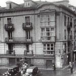 ¿Año? Esquina sureste de la Plaza de Pi y Margall. A la derecha, entrada a Atarazanas; este edificio formaba parte de las dos manzanas derribadas en 1936 para unir Atarazanas con Juan de Herrera (a la izquierda) y Colón