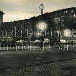 1930-1940 Extremo norte de Alfonso XIII, de noche, con Correos a la izquierda y las casas de La Ribera a la derecha
