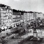 1885-1887 La Ribera, la Plaza de Velarde y el Paseo Pereda desde el oeste. El edificio más bajo de la izquierda es el edificio de la Aduana