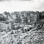 1941 Vista general de los restos de la Puebla Vieja desde La Blanca. En el centro de la imagen, La Ribera y Atarazanas. La iglesia que se ve al fondo corresponde al colegio de las Hijas de la Caridad, en Ruamenor
