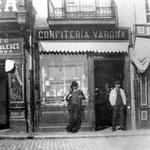 ¿Año? Confitería Varona en el número 4. Se encontraba en el tramo norte de la calle, desaparecido en 1909 con la construcción del nuevo puente (en las fotos del puente antiguo desde la Ribera puede verse este tramo, con la confitería, a la derecha)
